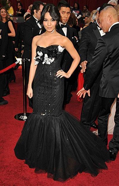 Звезда «Классного мюзикла» Ванесса Хьюдженс в платье Marchesa, украшениях от Cathy Waterman.